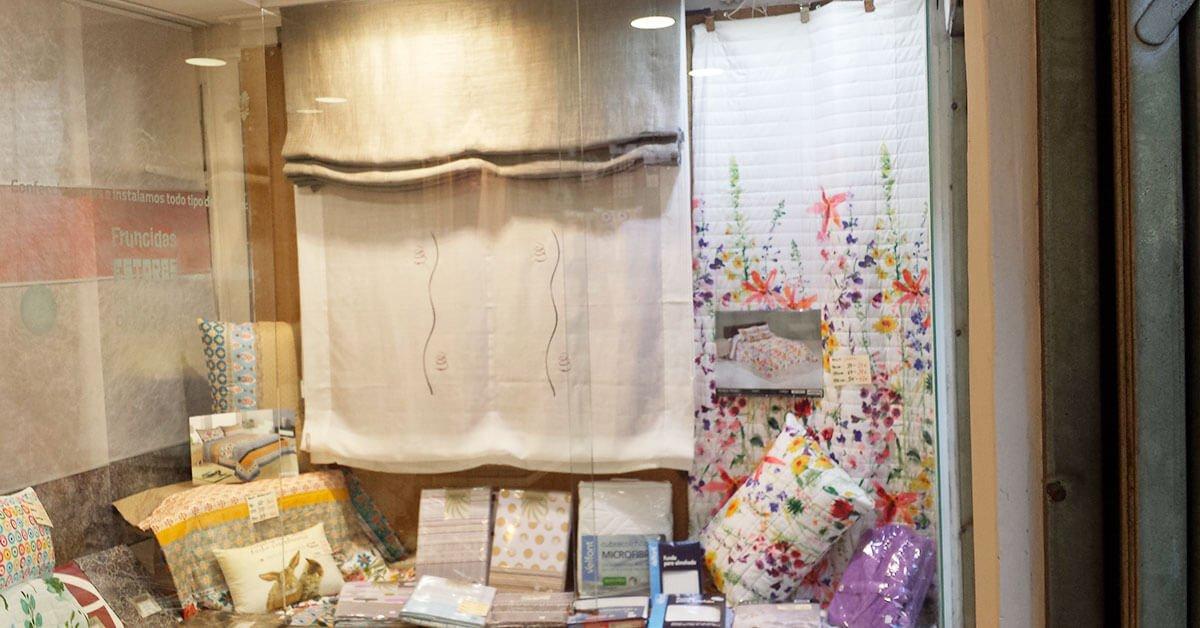 Sé que colores me gustaría para las cortinas, pero lo que no sé es, ¿Qué tipo de cortinas colocar, estores, visillos, o paneles?